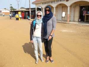 Beth et moi à Lumbu, prêtes à reprendre la route!