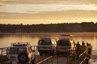 On traverse le Nil en ferry à l'aube pour visiter le parc national